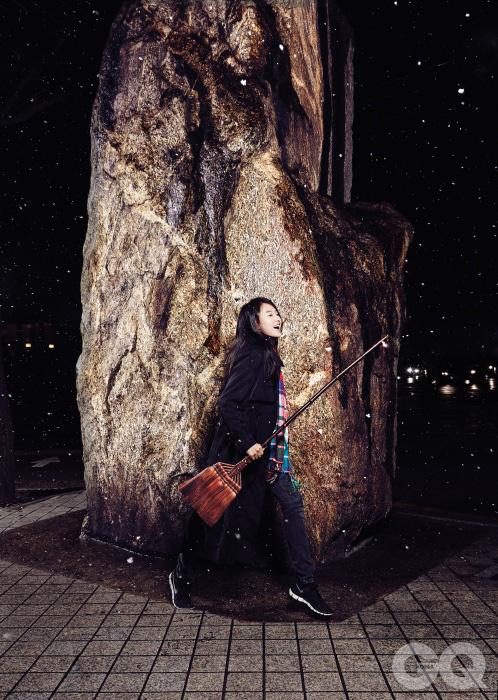 종려나무 빗자루 48만원, 슈로호우키 by 메종 드 실비. 체크무늬 머플러는 45rpm.