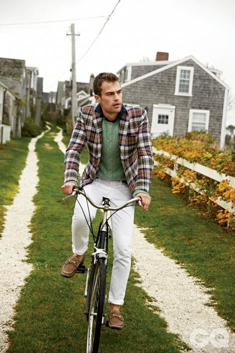 재킷 $1,295, 셔츠 $125, 데님 팬츠 $98, 모두 폴로 랄프 로렌. 스웨터 $995, 랄프 로렌 퍼플 라벨. 로퍼 가격 미정, 구찌.