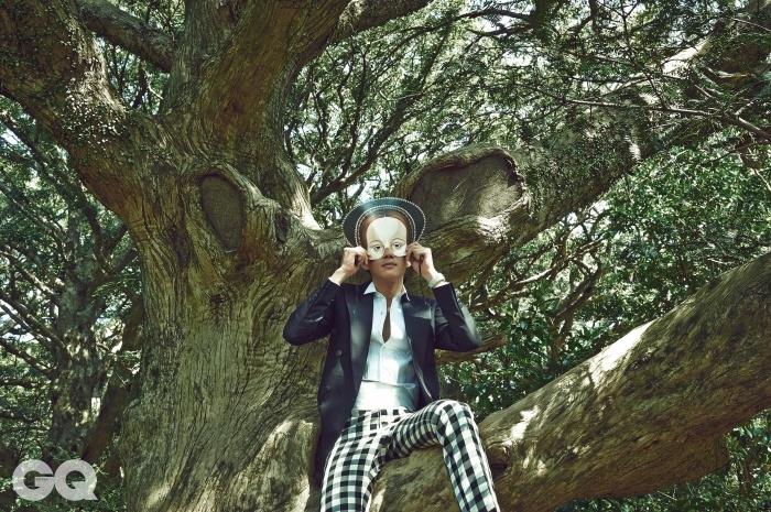 와이드 라펠 재킷 1백69만원, 흰색 셔츠 25만8천원, 체크 팬츠 59만8천원, 모두 김서룡 옴므. 화이트 커머번드 가격 미정, 디올 옴므. 로얄 오크 크로노그래프 시계 가격 미정, 오데마 피게.