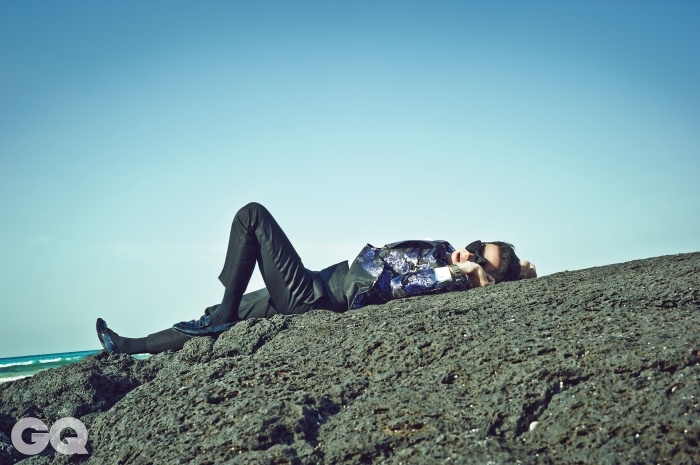 보라색 이브닝 재킷, 흰색 셔츠, 팬츠, 보타이, 커프링크스, 커머번드, 슬립온 가격 미정, 모두 톰 포드. 파일럿 파이오니아 오토 크로노 시계 2백37만원, 해밀턴.