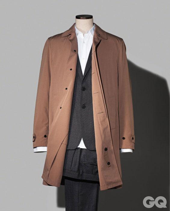 코트 가격 미정, 버버리 프로섬. 회색 수트와 셔츠 가격 미정, 모두 버버리 런던.
