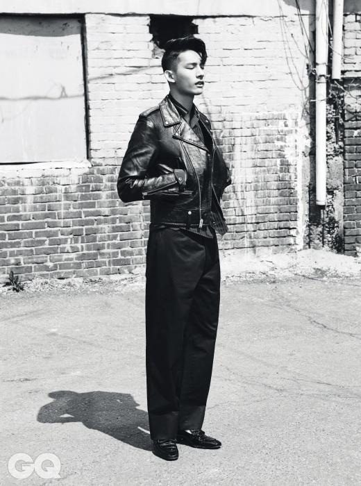 라이더 재킷 가격 미정, 생 로랑 파리. 셔츠, 팬츠 가격 미정, 모두 프라다. 와바시 베스트 33만2천원, 리얼 맥코이즈 by 오쿠스. 슬립온 가격 미정, 톰 포드.