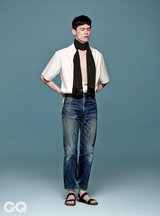 소매 길이가 눈에 띄는 흰색 면 셔츠 가격 미정, 살바토레 페라가모. 청바지 가격 미정, 리바이스 빈티지. 검정 샌들 가격 미정, 에르메스. 프린지 장식 도트 무늬 실크 스카프 가격 미정, 생 로랑 파리.
