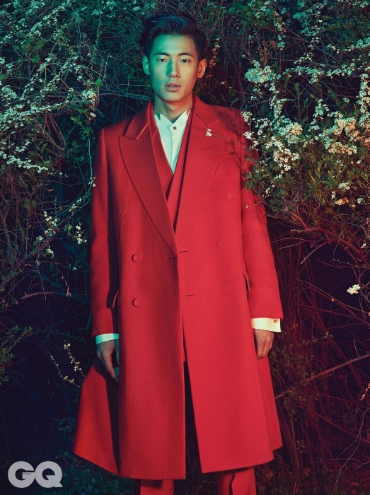 빨강색 더블 브레스티드 수트, 윙칼라 이브닝 셔츠, 드라마틱한 코트, 모두 한상혁의 Heich Es Heich 2014 F/W 컬렉션.