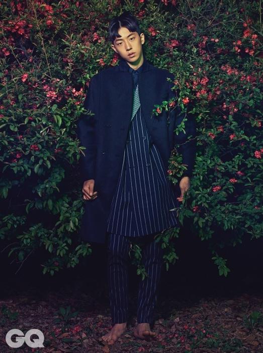 스트라이프 롱 재킷과 날씬한 팬츠, 남색 면 셔츠, 어깨가 둥근 펠트 코트, 모두 홍혜진의 The Studio K 2014 F/W 컬렉션.