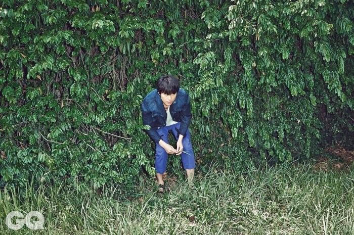 청 재킷은 비비안웨스트우드, 티셔츠는 마리야 by 10 꼬르소 꼬모, 바지는 마우로그리포니, 샌들은 발리.