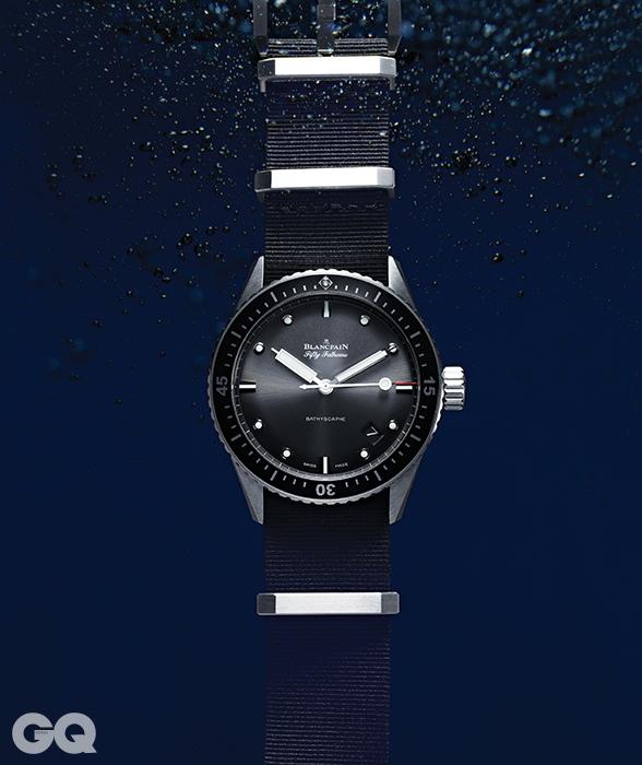 피프티패텀즈 시계의 60주년 기념으로 제작된 바티스카프. 부식 방지 처리된 부품들과 실리콘이 시계의 안티에이징 역할을 한다. 다이버 시계의 필수 항목인 단방향 회전 베젤, 시야를 밝혀주는 골드빛 초침이 바닷속에서도 길을 잃지 않게 돕는다. 1천2백만원대, 블랑팡.
