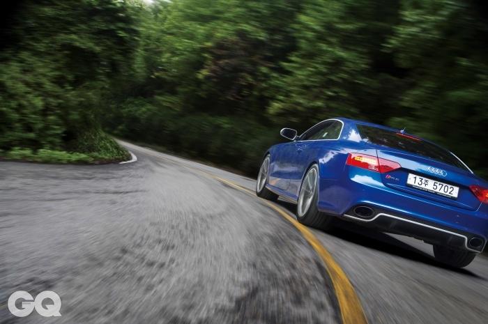 엔진 4.2리터 V8 가솔린 최고출력 450마력 최대토크 43.9kg.m 공인연비 리터당 7.3킬로미터 0->100km/h 4.5초 가격 1억 8백80만~ 1억 1천6백40만원