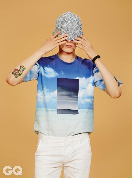 하늘 그림 티셔츠 60만원대, 캘빈클라인 컬렉션. 흰색 쇼츠 13만8천원, 캘빈클라인 진. 비니 3만원, 아메리칸 어패럴. 퓨얼밴드 가격 미정, 나이키.