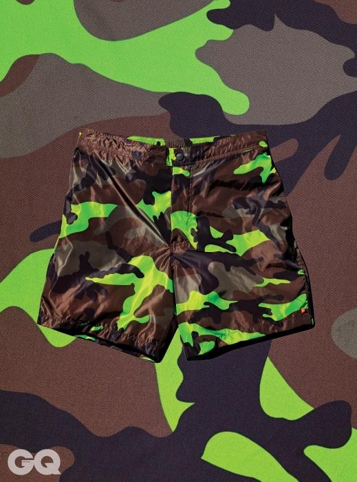 얇고 가벼운 카무플라주 패턴 트렁크 수영복 59만원, 발렌티노 by 쿤.
