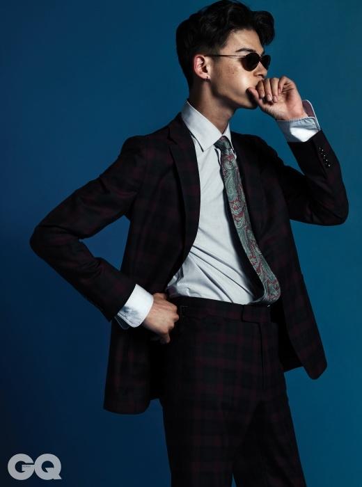 체크 수트, 셔츠, 페이즐리 타이 가격 미정, 모두 알프레드 던힐. 선글라스 가격 미정, 페르솔.