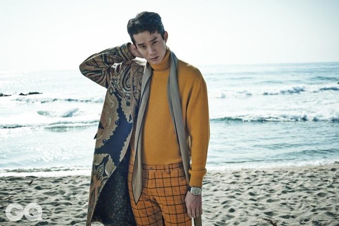 페이즐리 무늬 코트와 오렌지색 터틀넥, 체크무늬 팬츠, 모두 에트로. 스카프, 에르메스. 로얄 오크 오프쇼어 시계 3천2백만원, 오데마 피게.