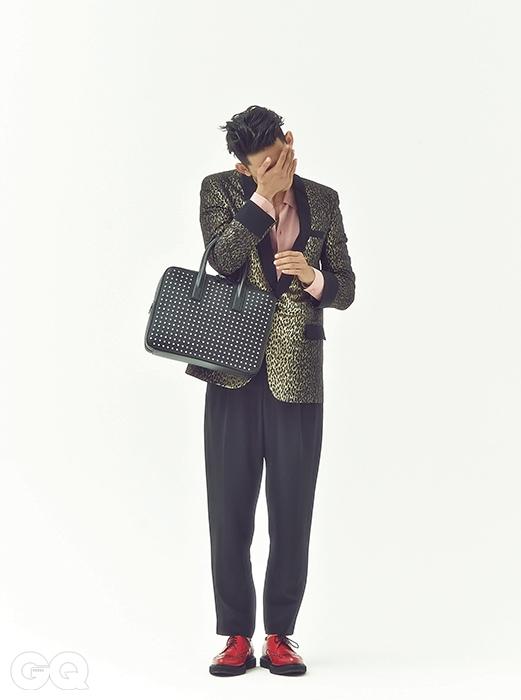 뮤지엄 비즈니스케이스 4백만원대, 생로랑.재킷, 셔츠, 슈즈 가격미정, 모두 생로랑.팬츠 가격 미정, 발렌시아가.