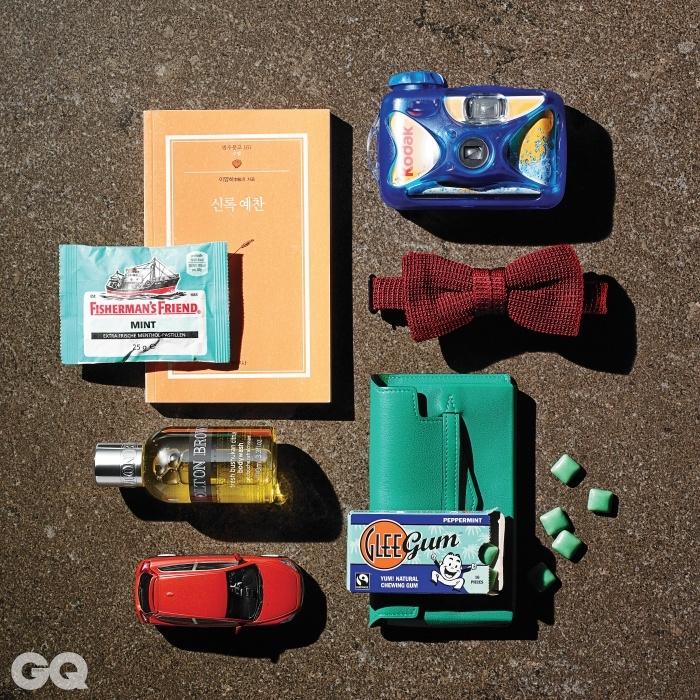 왼쪽부터 시계 방향으로 | 피셔맨스 프렌드 민트는 에디터의 것.  4천원대, 범우사. 방수용 카메라 1만원대, 코닥. 빨강 보타이 가격 미정, 에르메스. 청록색 카드 지갑 가격 미정, 에르메스. 글리 껌과 빨간색 미니카는 에디터의 것. 시트러스 보디워시 미니어처 가격 미정, 몰튼 브라운.