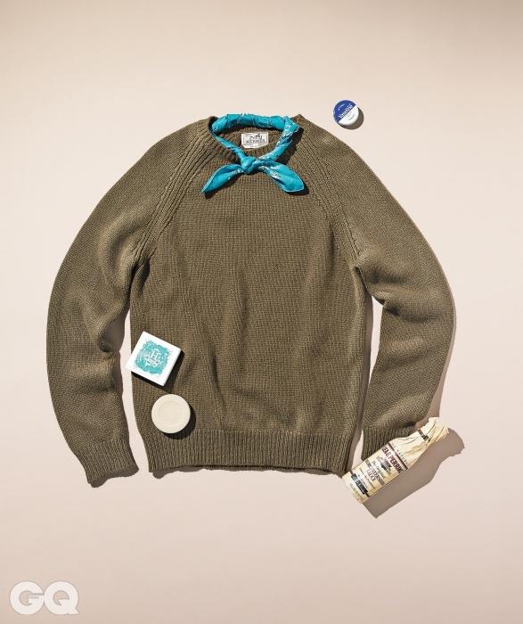 가볍고 부드러운 짙은 낙타색 스웨터, 실크 소재 푸른색 반다나, 비누 가격 미정, 모두에르메스.파란색 철제 통에 든 립밤 가격 미정(20g), 바세린. 우스터 소스 가격 미정,리 앤 페린스.