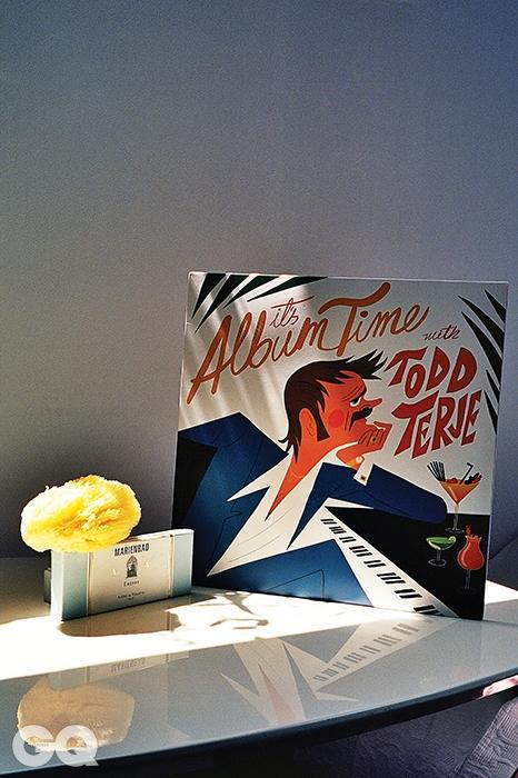 천연 해면, 비이커. 영락없이 여름 저녁의 냄새를 풍기는 인센스 '마리앙바드', 7만5천원(125개), 아스티에 드 빌라트 by 피숀. 한편 알랭 레네의 아름다운 영화 는 국내에 DVD로 출시되어 있다. 벤딕 칼텐본의 멋진 그림이 있는 LP는 올여름을 위한 최상의 사운드트랙인 토드 테르헤의  2만8천원, 김밥레코드. 면을 두껍게 누빈 시트 가격 미정, 존 루이스.
