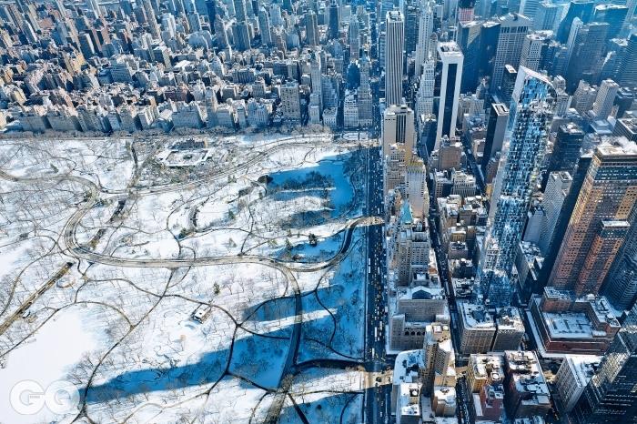 57번가에 우뚝 선 One57을 비롯한 초고층 건물들과 그 그림자를 찍은 항공사진이다. One57에 비하면 다른 건물들은 아주 작아 보인다