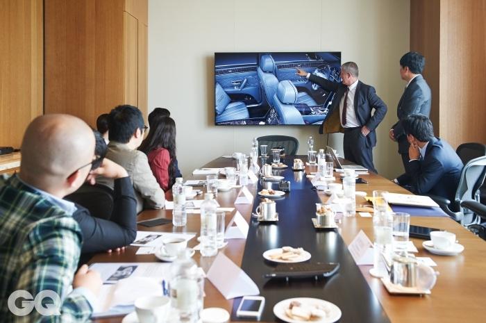 제프 다우딩 뮬리너 디렉터가 벤틀리와 <GQ KOREA>가 같이 만들 플라잉스퍼의 인테리어에 대해 좀 더 세세한 아이디어를 보태고 있다.