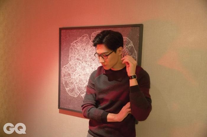포도주색 패턴 스웨터, 조르지오 아르마니.