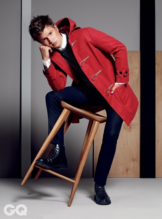코트 $3,800, 스웨터$1,400, 셔츠 $600, 팬츠$850, 부츠 $1,500, 모두디올 옴므.