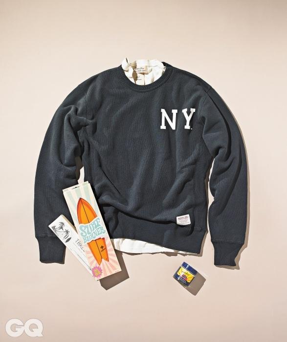 스웨트 셔츠 15만2천원, 마제스틱 셀렉트 by 맨하탄스. 티셔츠 11만원, 레미 릴리프 by 샌프란시스코 마켓. 서프 솝 3만3천원(3개 세트, 각 85g), 아이졸라. 미니 서핑 보드 2만8천원, 다이코. 핸드 밤이나 벌레 물린 데 바를 수 있는 다용도 크림 가격 미정(75ml), 프렙.