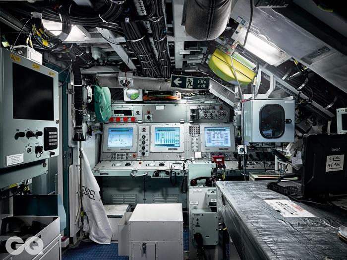 통제실. 여기서 평면항해사가 잠수함을 조종한다.
