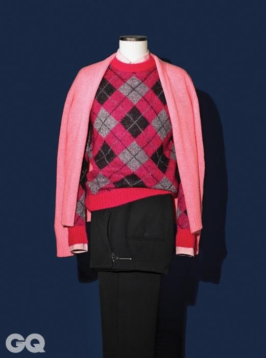 분홍색 카디건 16만2천원, 이스트하버 서플러스 by 샌프란시스코 마켓.분홍색 셔츠 1백만원대, 아가일 니트 93만원, 모두 생로랑.검정색 팬츠 45만원, 우영미.