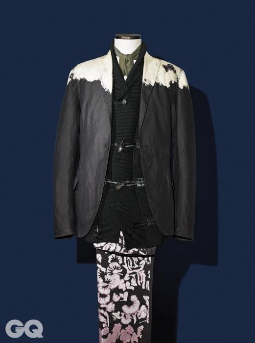 물 빠짐 무늬 재킷과 검정색 카디건, 꽃무늬 팬츠 가격 미정, 모두 보테가 베네타.올리브색 실크 스카프 가격 미정, 프라다.