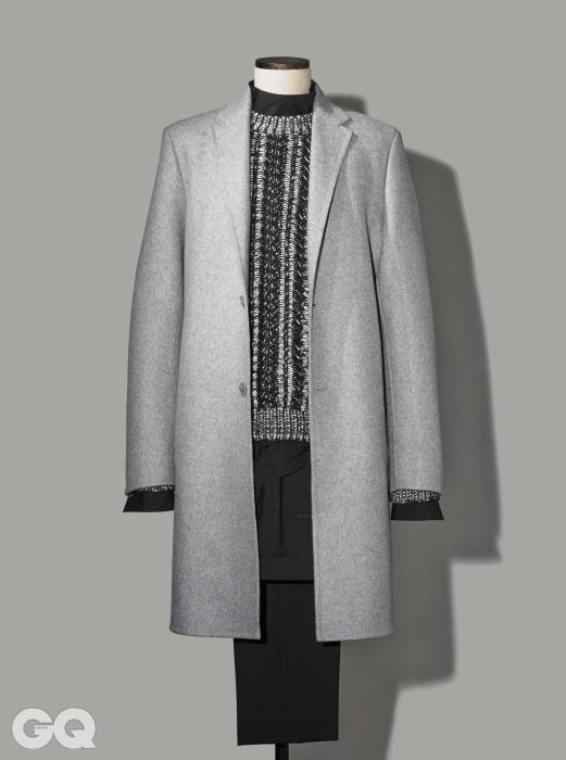 GREY부드러운 기모가 만져지는 밝은 회색 투버튼 싱글 코트 4백90만원대, 캘빈클라인컬렉션. 검정색 하이넥 셔츠, 팬츠 가격 미정, 모두 에르메스. 여러 가지 색의 굵은 짜임 크루넥스웨터 가격 미정, 디올 옴므.