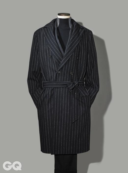 STRIPE허리를 묶어 입는 스트라이프 더블 브레스티드 코트 56만원, 로리엣. 회색 재킷가격 미정, 살바토레 페라가모. 우아하고 지적인 하이넥 니트 가격 미정, 지 제냐. 검정색 울팬츠 가격 미정, 톰 포드.