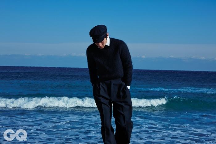 검정색 니트 톱,화이트 셔츠 가격 미정, 모두생로랑. 검정색 와이드 팬츠가격 미정, 김서룡 옴므. 해군모자는 에디터의 것.
