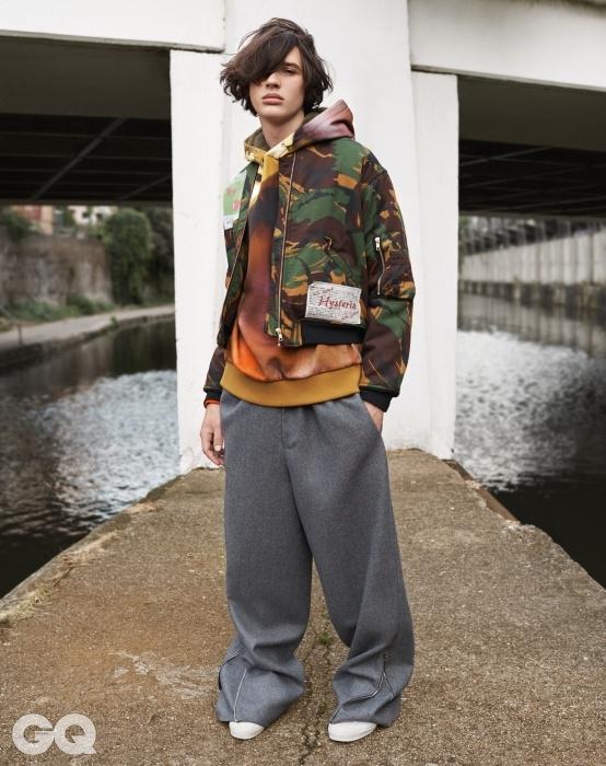 스웨트 셔츠,지방시 by 리카르도 티시.카무플라주 봄버 재킷,마틴 로즈. 울 팬츠, 아크네스튜디오. 스니커즈,아디다스.