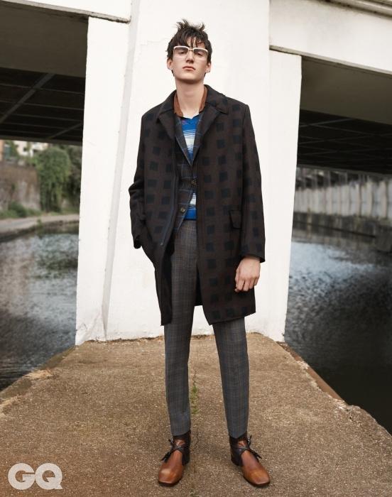 울 자카드 코트,겐조. 체크 블레이저,샌드. 줄무늬 브이넥 톱과안경, 모두 톱맨 디자인.피케 셔츠와 가죽 부츠,모두 프라다.