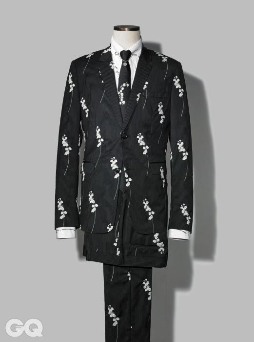 FLOWER은방울꽃을 수놓은 수트, 핀 홀 스트라이프 셔츠, 실크 타이, 빈찍이는 은빛 칼라 핀가격 미정, 모두 디올 옴므.