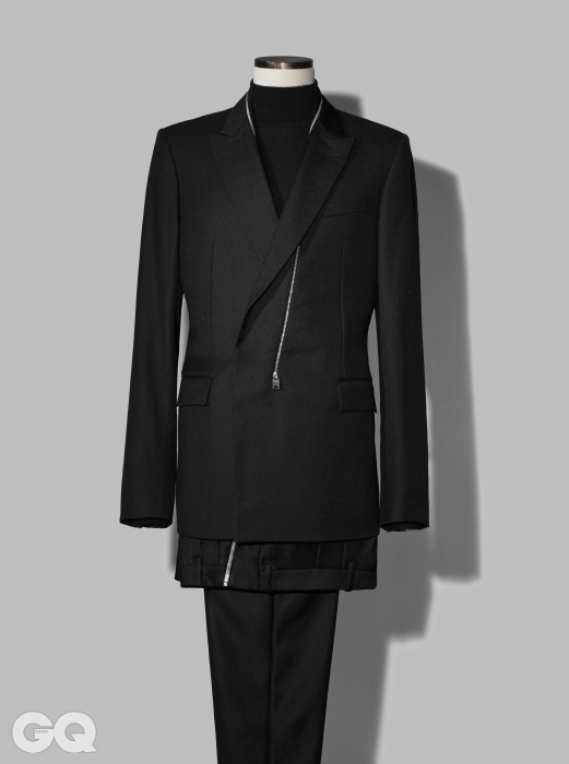 ZIPPER 지퍼 장식의 세련된 검정색 수트 가격 미정, 발렌시아가. 단순한 검정색 캐시미어하이넥 니트 가격 미정, 구찌.