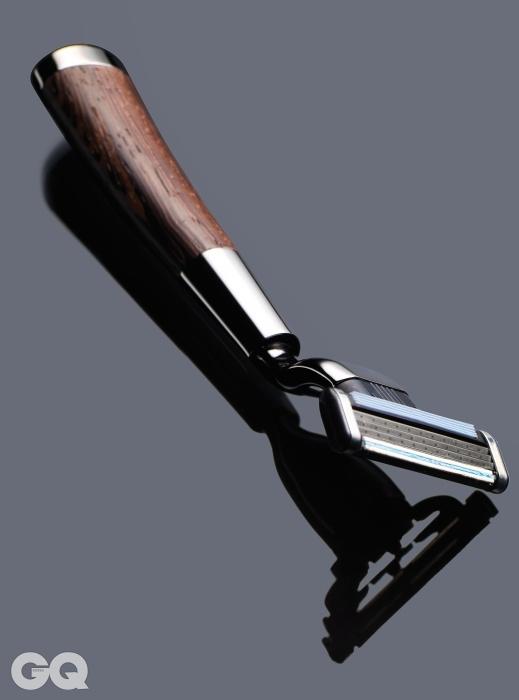 면도날은 질레트마하3, 손잡이는 방수 처리한웨지 우드로 만들었다.꼴레지오네 바비에레 셰이빙레이저 & 스탠드 42만원,아쿠아 디 파르마.