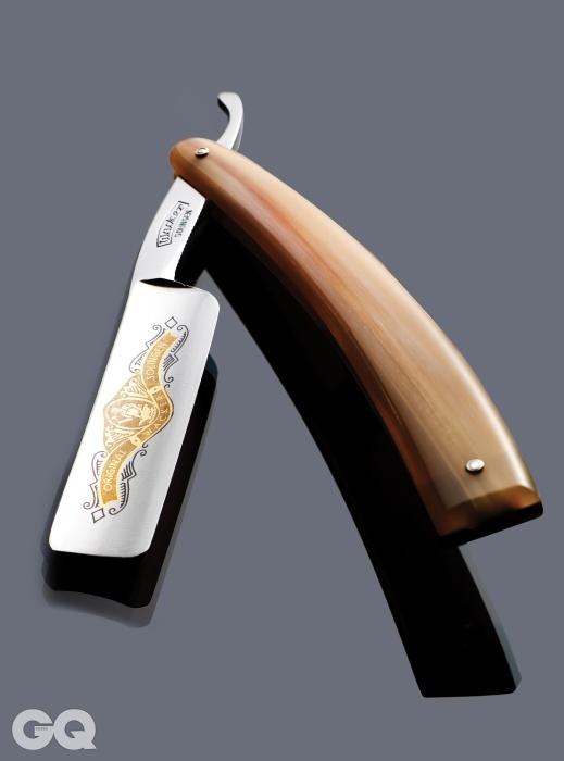 스틸 소재 칼날과상아로 만든 손잡이가돋보이는 독일산 셰이빙나이프. 55만원,웨커 by 헤아.