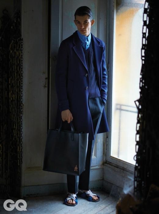 잉크색 스프링 코트,캐시미어 브이넥 니트,하늘색 포플린 셔츠, 검정색팬츠, 샌들, 가죽 토트백,모두 프라다.