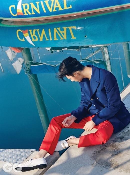 남색 재킷 2백53만5천원, 빨간색 팬츠 79만원, 흰색 홀스빗 로퍼 가격 미정, 모두 구찌.