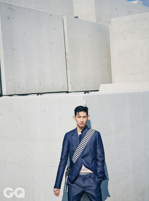 데님 재킷 2백90만5천원, 슬리브리스 니트 톱 80만원, 데님 팬츠 91만5천원, 줄무늬 메신저 백 가격 미정, 모두 구찌.