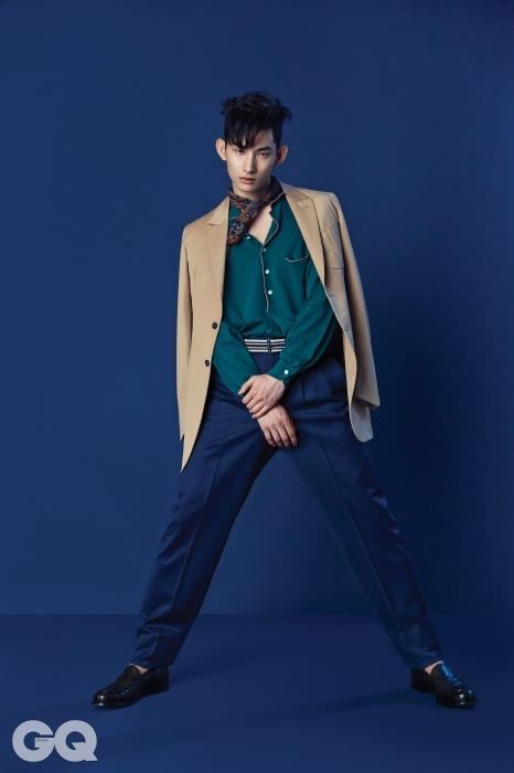 베이지색 재킷,청록색 저지 실크 피케 셔츠, 코발트 블루 팬츠, 프티 스카프, 꼬임 벨트, 타조 가죽 로퍼 가격 미정, 모두 에르메네질도 제냐 쿠튀르.
