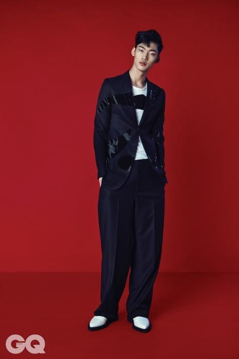 비즈 장식의 검정 수트와 화이트 티셔츠, 화이트 슈즈 가격 미정,모두 알렉산더 맥퀸.