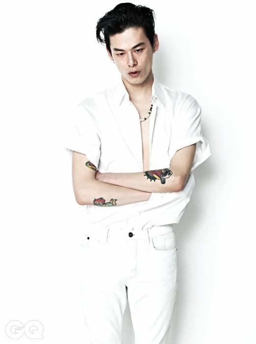 흰색 셔츠 가격미정, 김서룡 옴므. 화이트 워싱 데님 20만원대, 캘빈클라인 진. 목걸이가격 미정, 생로랑.