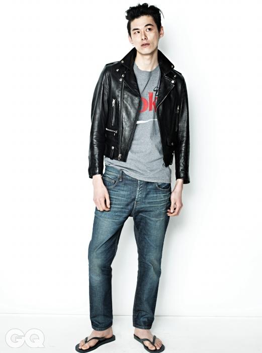 라이더 재킷 가격 미정, 생로랑. 회색 코카콜라 티셔츠는 에디터의 것. 데님 팬츠 가격 미정, 구찌. 고무 통 가격 미정, 하바이아나스.