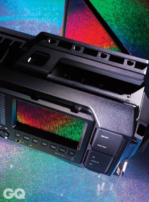 블랙매직 디자인 우르사 우르사Ursa는 4K 촬영이 가능한 카메라 중 가장 큰 LCD 디스플레이를 탑재했다. 10.1인치 풀HD 화질의 '모니터' 덕분에 따로 리뷰용 화면을 설치하지 않아도 된다. 독립영화나 소규모 제작사 입장에선 반가운 기능이다. 가격도 8백만원대로 레드 카메라에 비해 훨씬 저렴하다. 하지만 DCI가 정한 4K 촬영은 불가능한 점이 아쉽다.