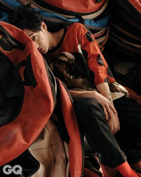 빨간색 도트무늬 티셔츠와 검정색 팬츠,가격 미정, 모두돌체 & 가바나.