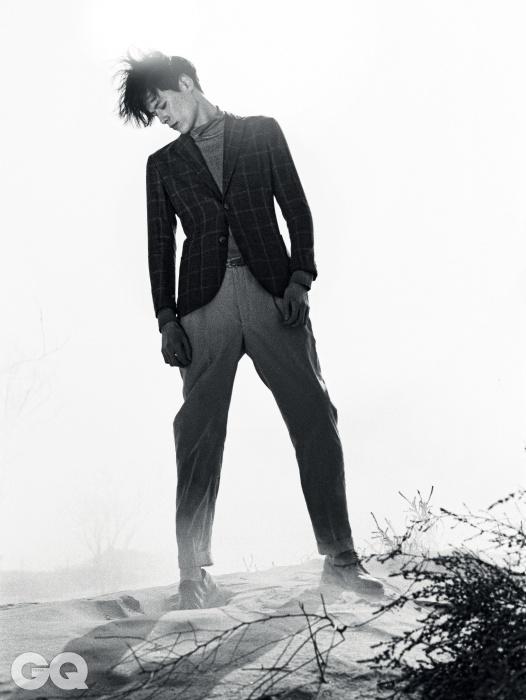 체크무늬 도쿄 재킷 3백47만원, 어깨에 단추 장식이 있는 회색 니트 1백73만원, 턴업 장식 팬츠 1백7만원, 브로그 가격 미정, 모두 조르지오 아르마니.