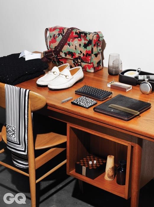 왼쪽 위부터 | 상판 크기가 조절되는 책상 가격미정, 모벨랩. 검정색 니트, 흰색 셔츠 가격 미정,모두 디올 옴므. 메신저 백 2백43만원, 발렌티노.로퍼 2백45만원, 구찌. 줄무늬 스카프 59만원,로에베. 의자 가격 미정, 모벨랩. 하이볼 글라스가격 미정, 생 루이. 우드 트레이 가격 미정,에르메스. 센티드 오발 7만8천원, 딥티크. 핸드로션 3만원, 이솝. 성냥 1만1천원, 플라스크4만5천원, 모두 아이졸라. 스터드 장식 장지갑1백만원대, 베이비캣 반지갑 50만원대, 모두생로랑. 포켓 나이프 2만5천원, 아이졸라. 노트북72만원, 몽블랑. 빗 4만5천원, 아이졸라. 미니체스 세트 가격 미정, 에르메스. 주사위 2만9천원,애비혼 by 바버샵. 나무 촛대 2만9천원, 챕터원.