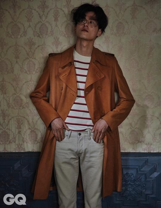 낙타색 코트 가격 미정, 루이 비통. 줄무늬톱 30만8천원, 산드로옴므. 코듀로이 팬츠 가격 미정, 톰 포드.