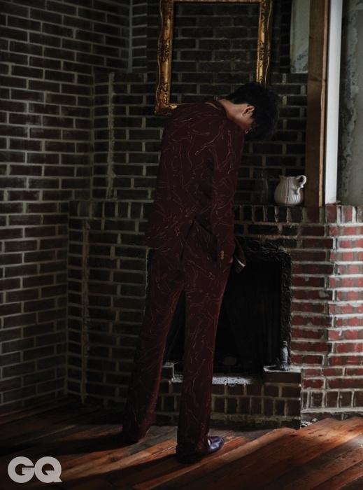 자두색 수트와벽돌색 슬립온 가격 미정,모두 드리스 반 노튼.